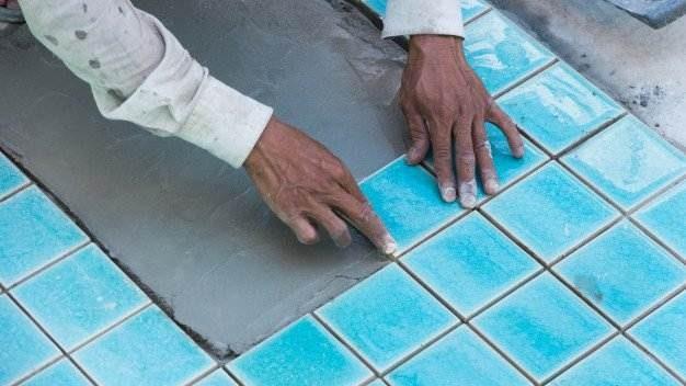 men-work-tile-swimming-pool_39730-2